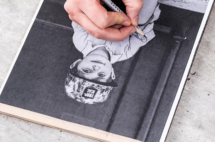 Schritt 1: Das Motiv ausdrucken und mit Transferpapier darunter auf die Oberfläche legen.